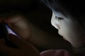 [BABY포토] 4살배기 딸, 스마트폰 없인 못살아