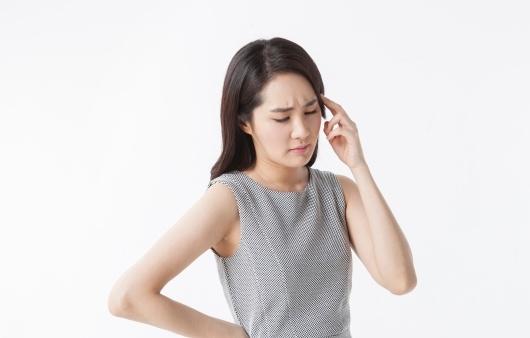 두통 호소하는 여성